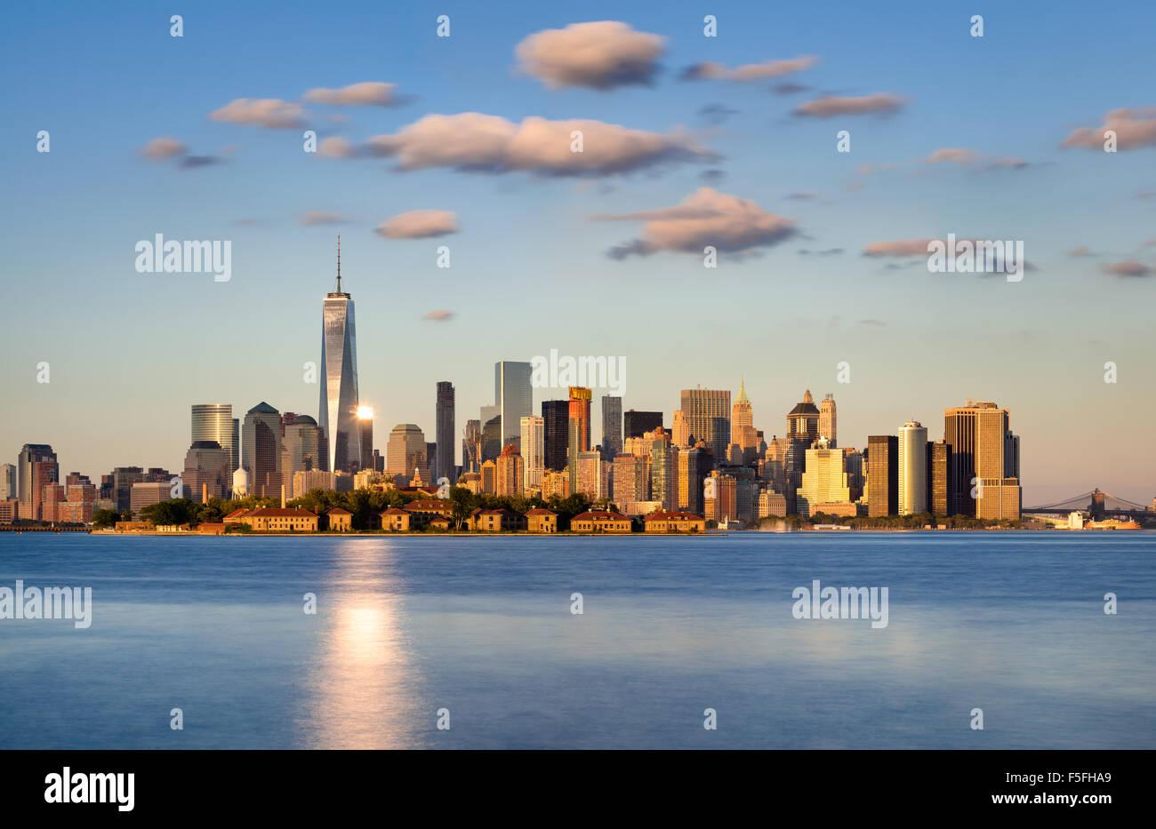 Skyline von New York City, Lower Manhattan. Ellis Island erscheint vor den Financial District Wolkenkratzer Stockbild