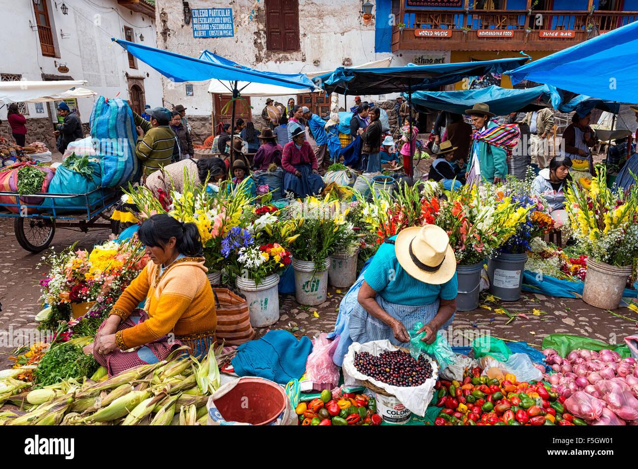 Pisac, Peru - Dezember 2013: Einheimische auf einem Markt in der Stadt von Pisac, im Heiligen Tal. Stockbild