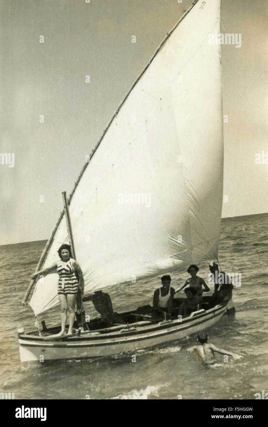 Kleine Familien-Boot mit Segel Latein, Italienisch Stockbild