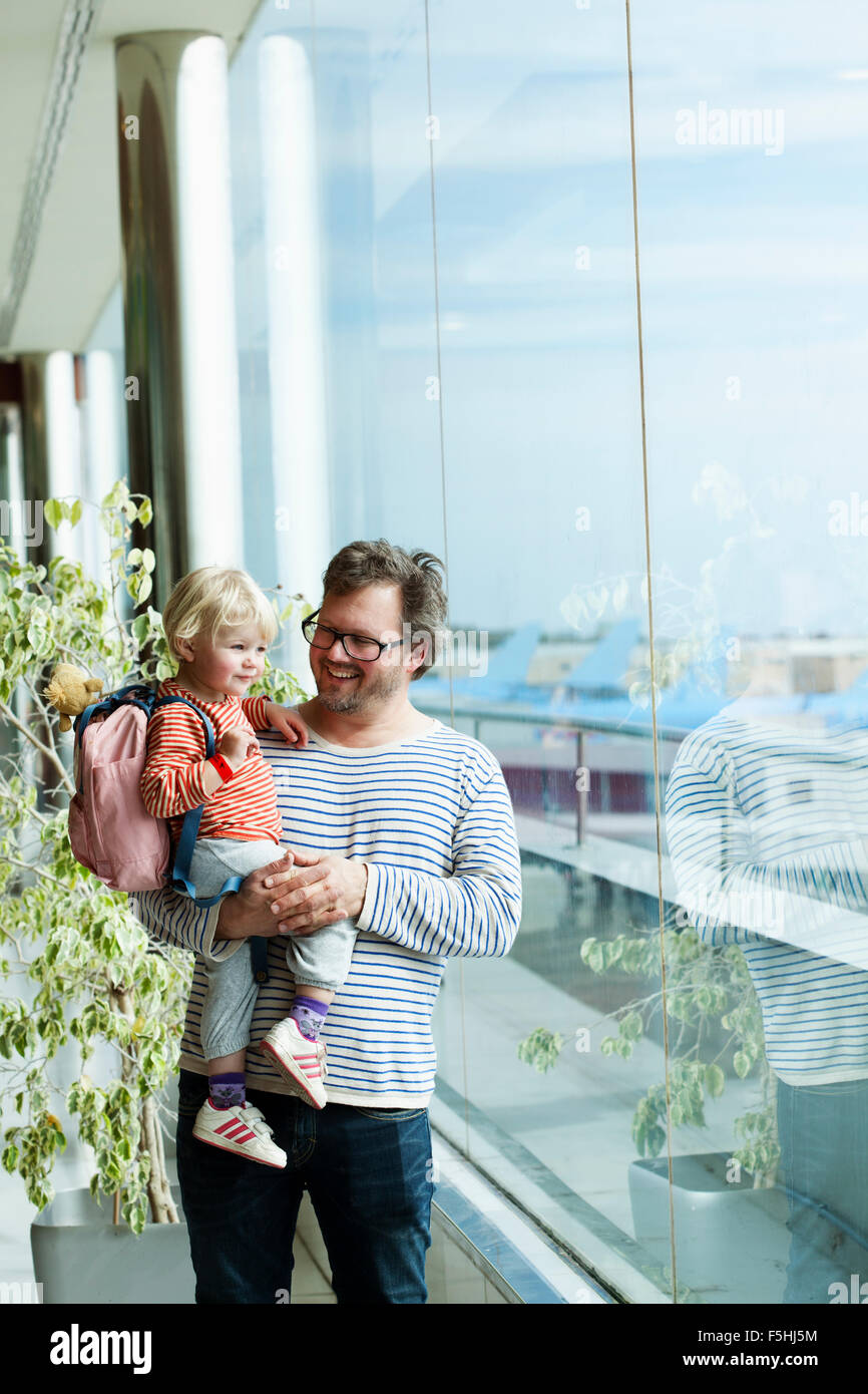 Spanien, Teneriffa, Flughafen Teneriffa Süd, Vater und Tochter (2-3) am Flughafen Stockbild
