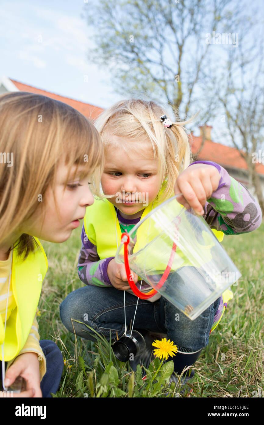 Schweden, Vastergotland, Olofstorp, Bergum, Kindergarten Kinder (2-3, 4-5) spielen im freien Stockbild