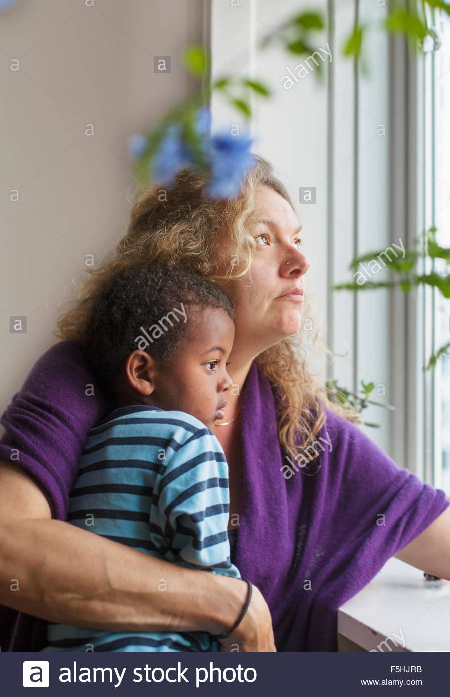 Dänemark, Kopenhagen, Fredriksberg, Mutter und Sohn (4-5) Blick durch Fenster Stockbild