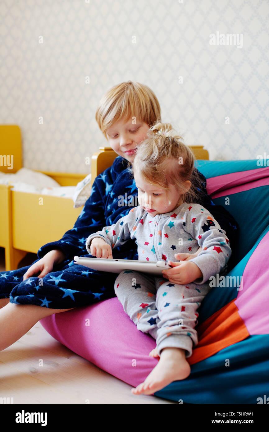 Schweden, jungen (10-11) und Mädchen (2-3) mit tablet Stockbild