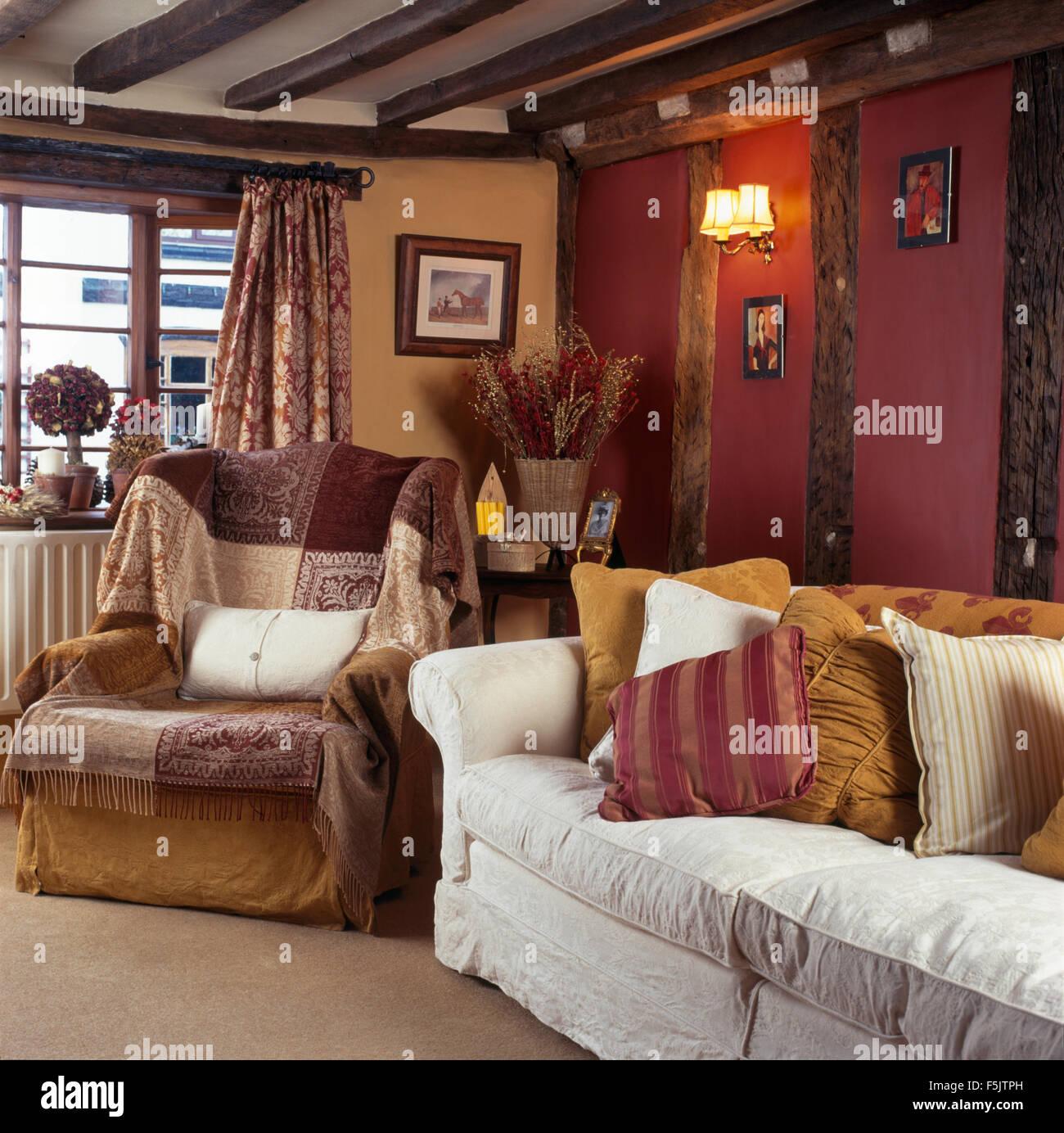 Braun Patchwork Wurf Auf Sessel Im Wohnzimmer Für Gemütliche Hütte Mit  Erdfarben Kissen Auf Einem Weißen Sofa