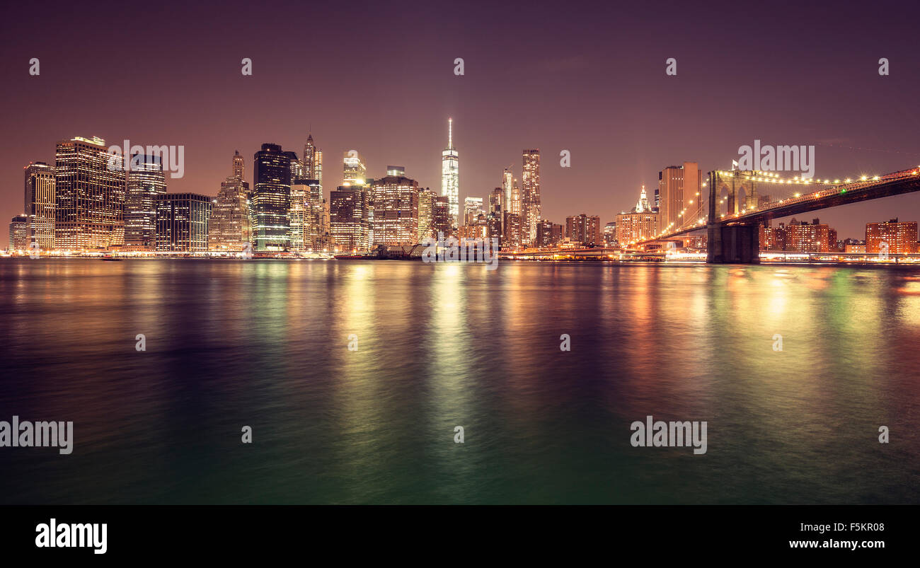 Vintage getönten Manhattan Waterfront in der Nacht, New York City, USA. Stockbild
