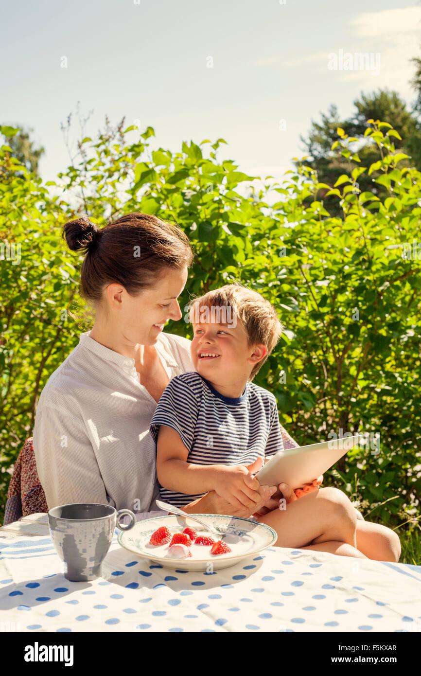 Schweden, Halsingland, Jarvso, Bild Sohn (4-5) und Mutter im Garten Stockbild