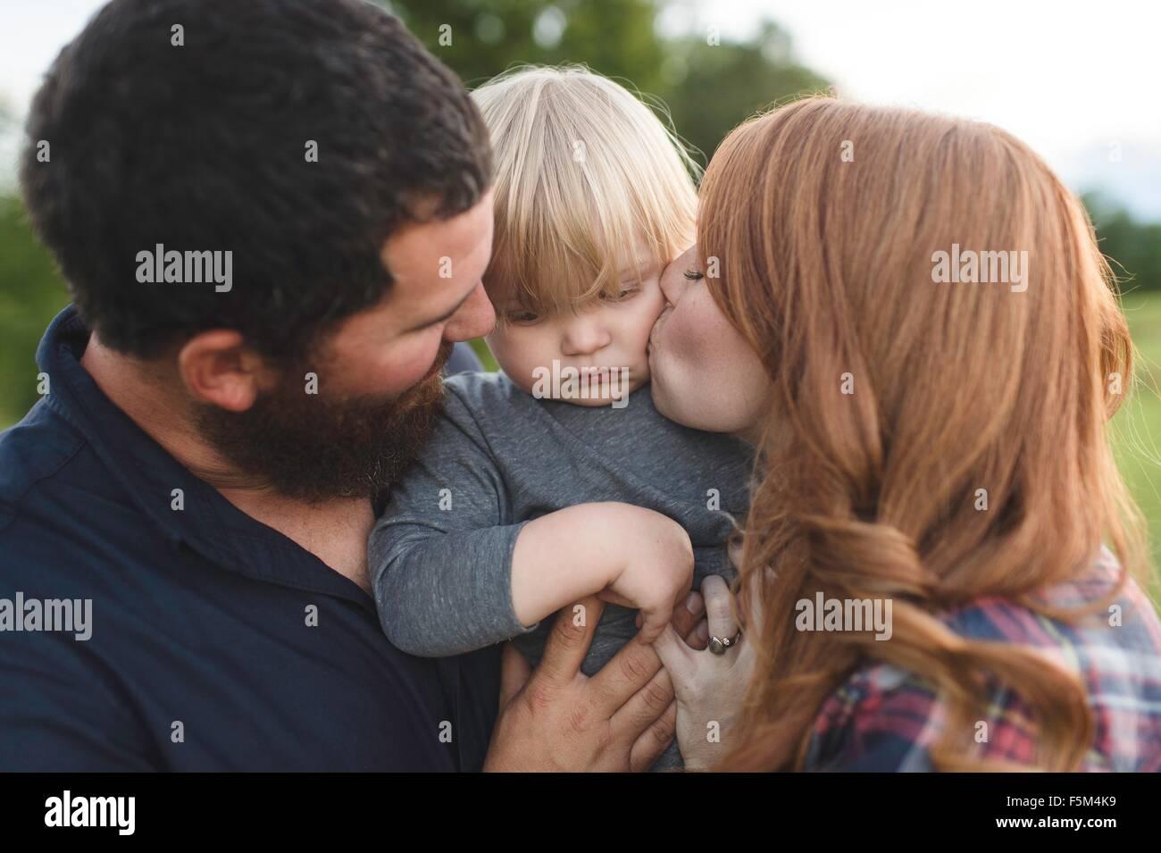 Mutter und Vater Holding jungen Sohn, im freien Stockbild