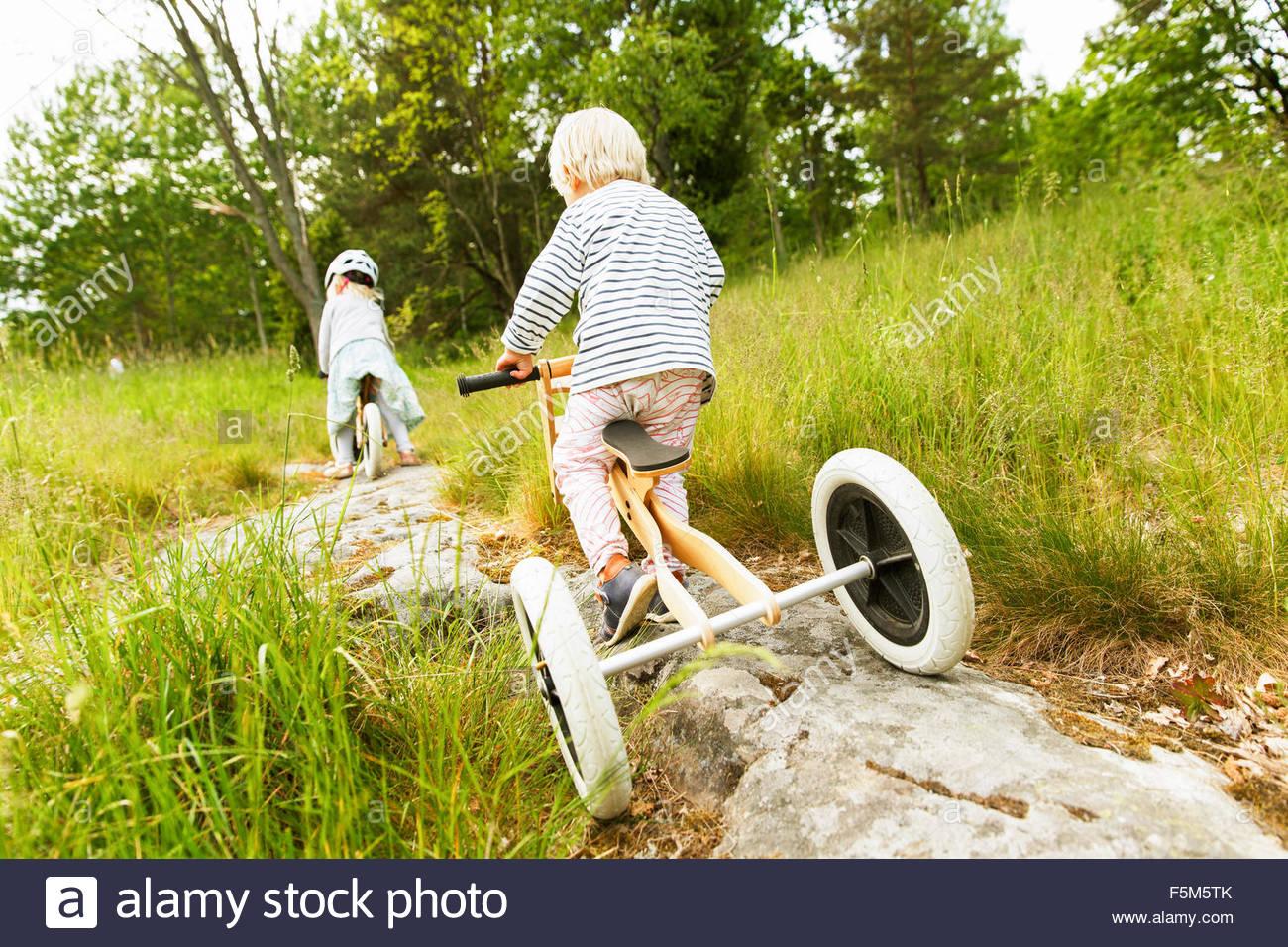 Schweden, Sodermanland, Nacka, Mädchen (4-5) und jungen (2-3) auf Fahrrädern Stockbild