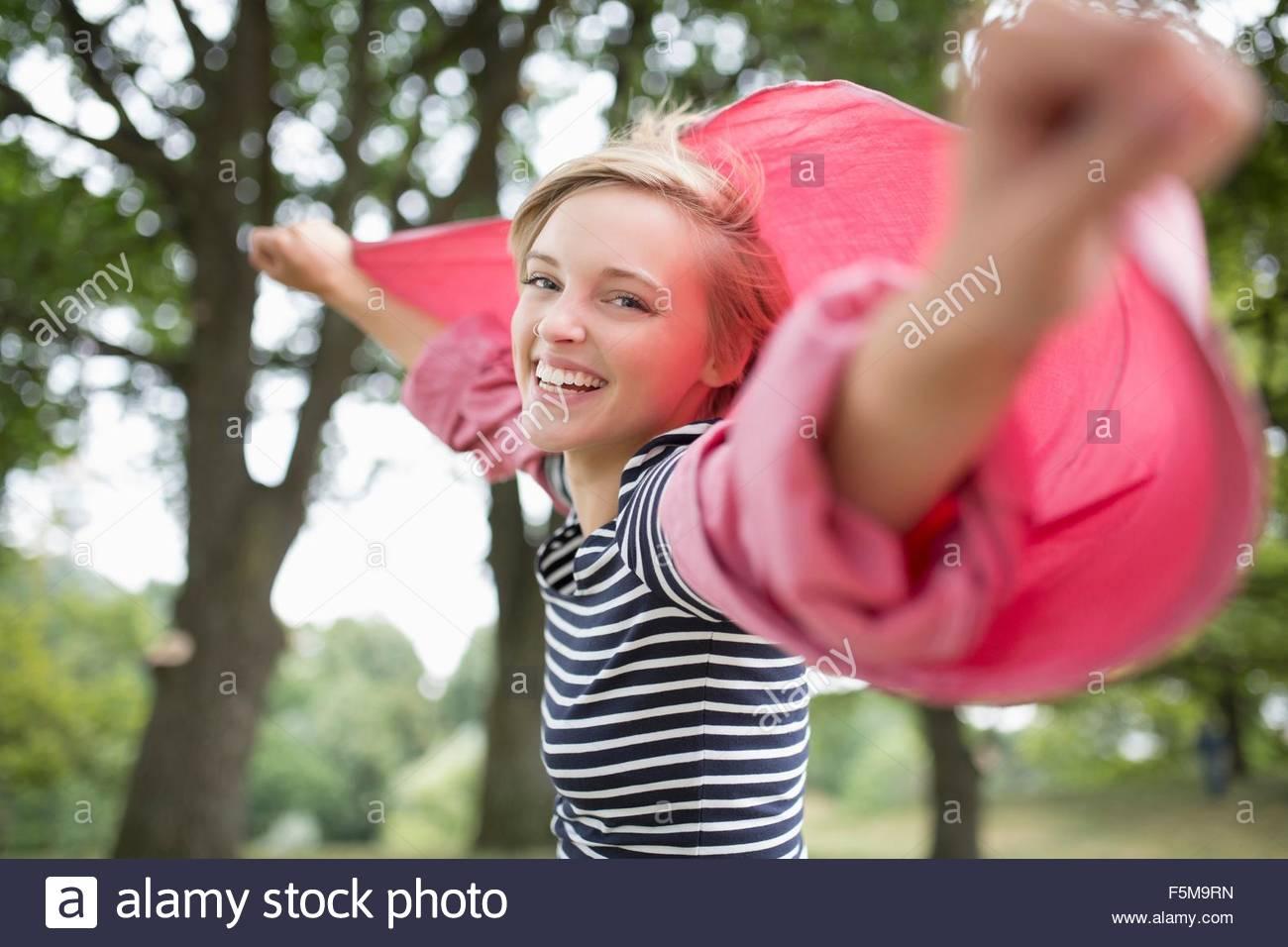 Porträt der jungen Frau mit Waffen offen tragen rosa Hemd Stockbild