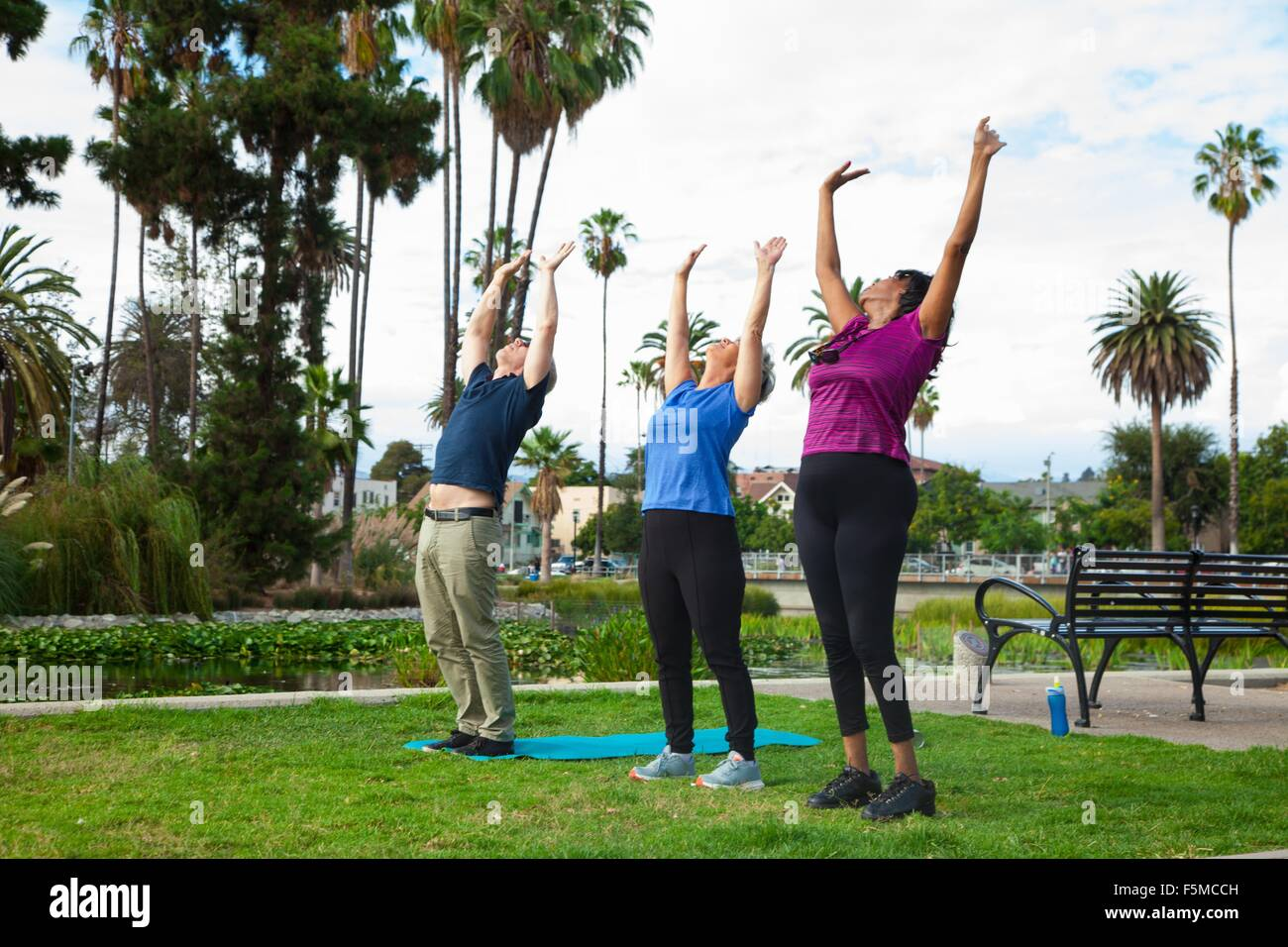 Drei ältere Freunde, Gymnastik im park Stockbild