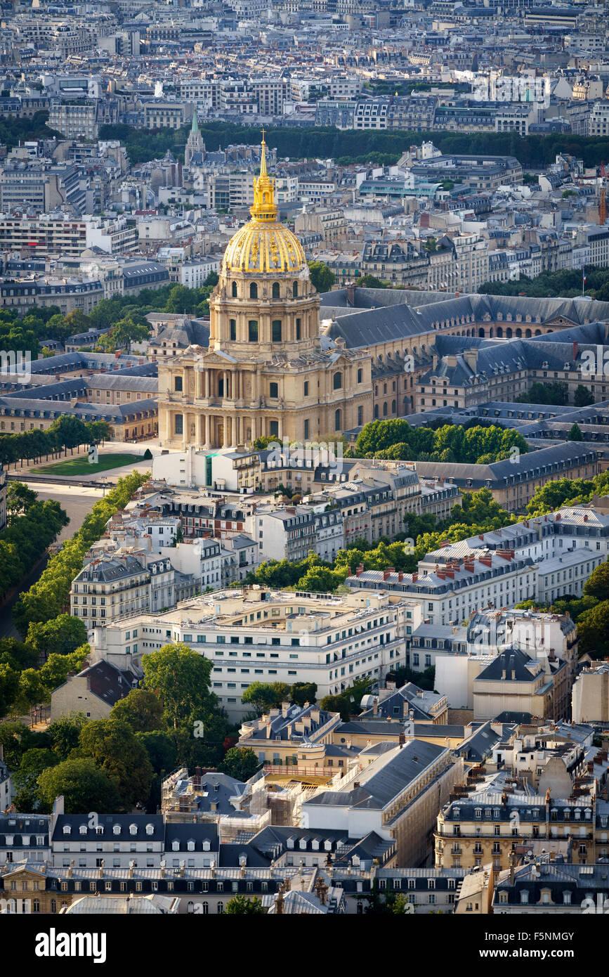 Luftaufnahme des goldenen Kuppel des Invalides erhebt sich über den Dächern des 7. Arrondissements, am Stockbild