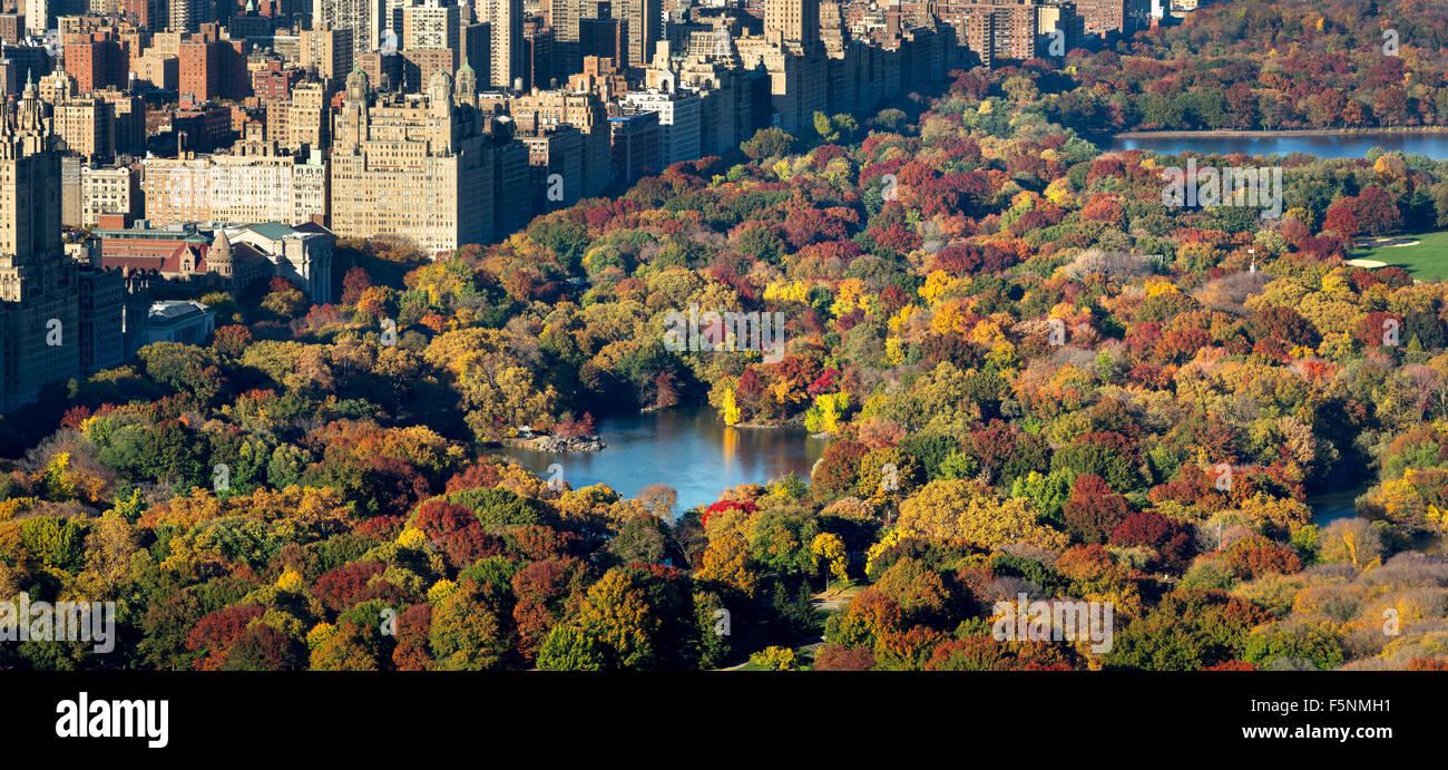 Luftaufnahme des Central Park, The Lake und Upper West Side mit bunten Herbstfarben. Herbst in Manhattan, New York Stockbild