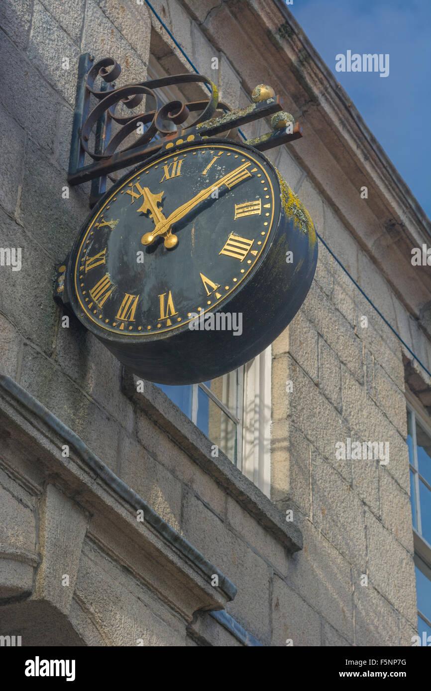 Alte Uhr an der Wand eines Gebäudes in Truro. visuelle Metapher für Konzept der Server Downtime, computer Stockbild