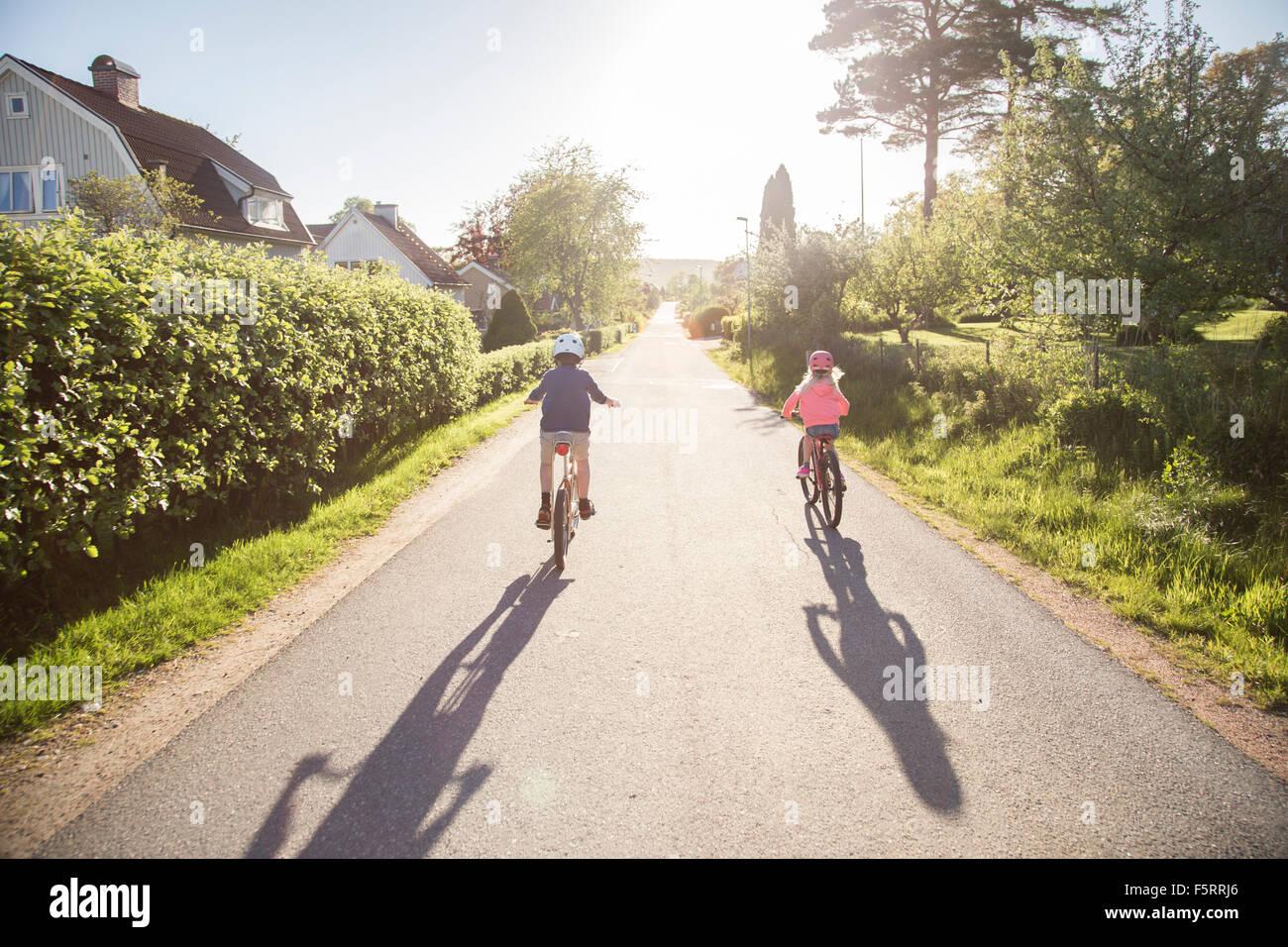 Schweden, Vastergotland, Lerum, Kinder (10-11, 12-13) in sonniger Tag Radfahren Stockbild