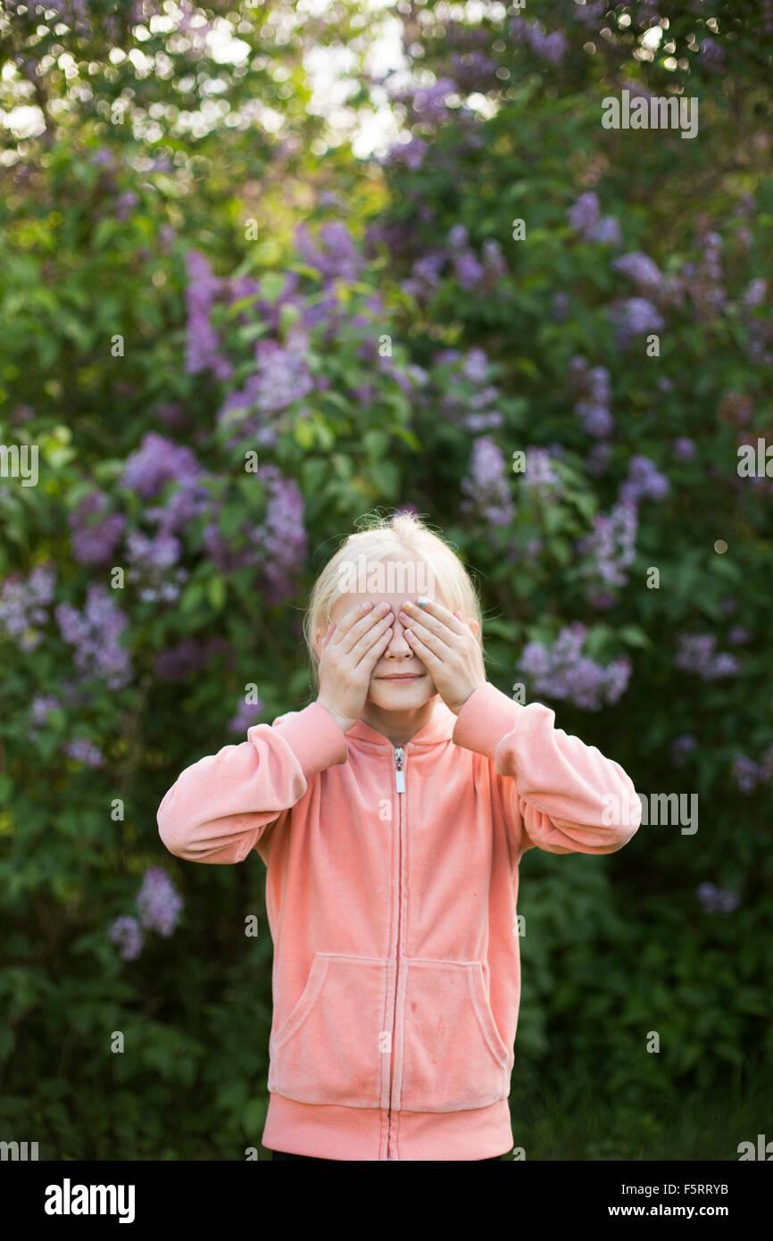 Schweden, Vastergotland, Portrait eines Mädchens (10-11) im Garten Stockbild