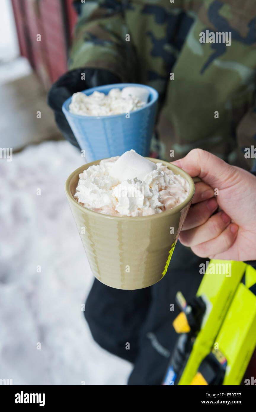 Schweden, Stockholm, Bjorkhagen, Hammarbybacken, beschnitten Anzeigen von Mann und Frau, die Tassen heiße Schokolade Stockbild