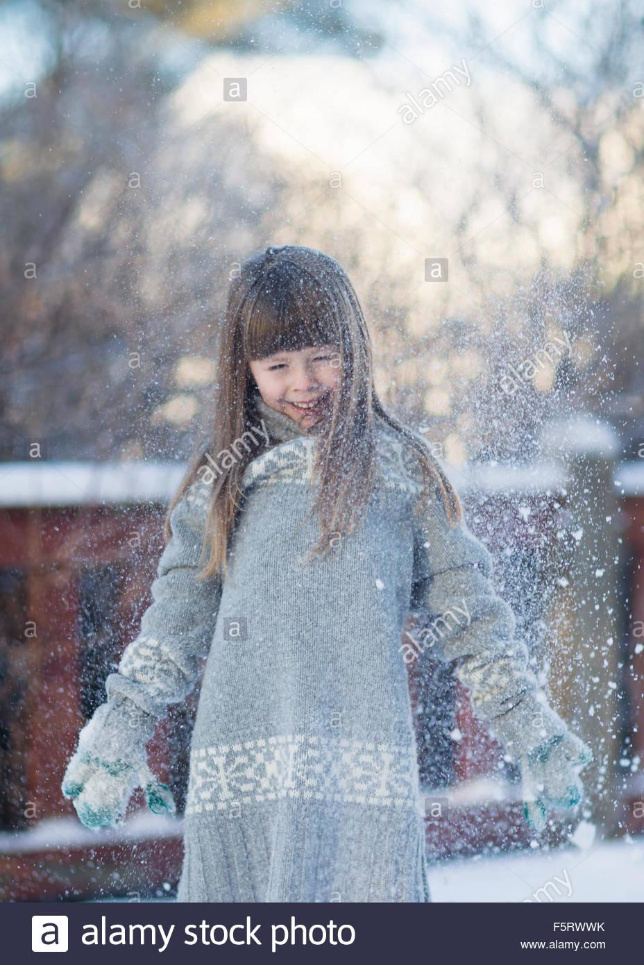 Schweden, Vasterbotten, kleines Mädchen (4-5) mit Schnee zu spielen Stockbild
