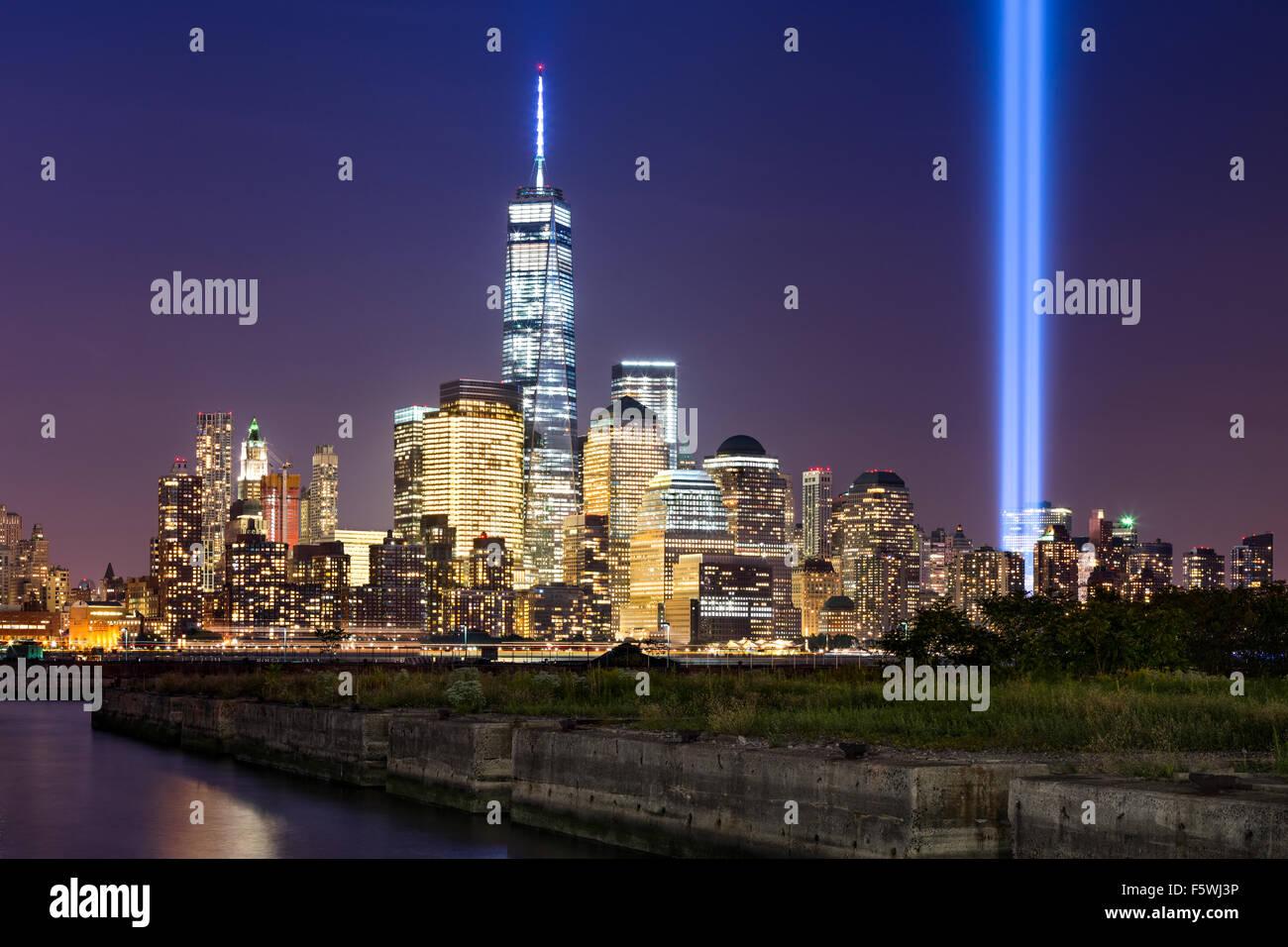 Tribute in Light, erheben sich zwei vertikale Lichtsäulen über Lower Manhattan angrenzend an das neue Stockbild