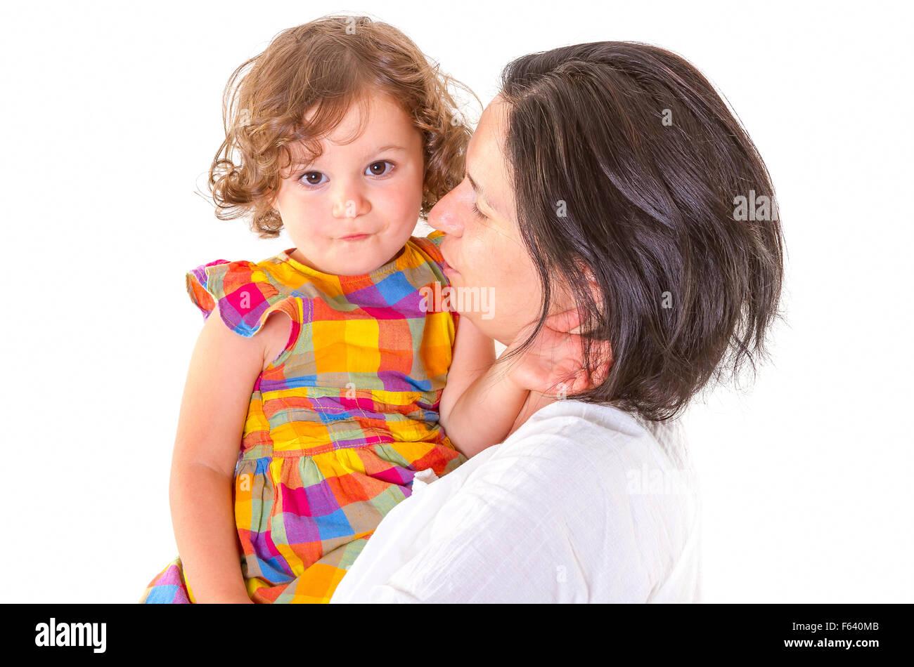 Mutter lehrt Disziplin ihrer kleinen Tochter auf weißem Hintergrund Stockbild