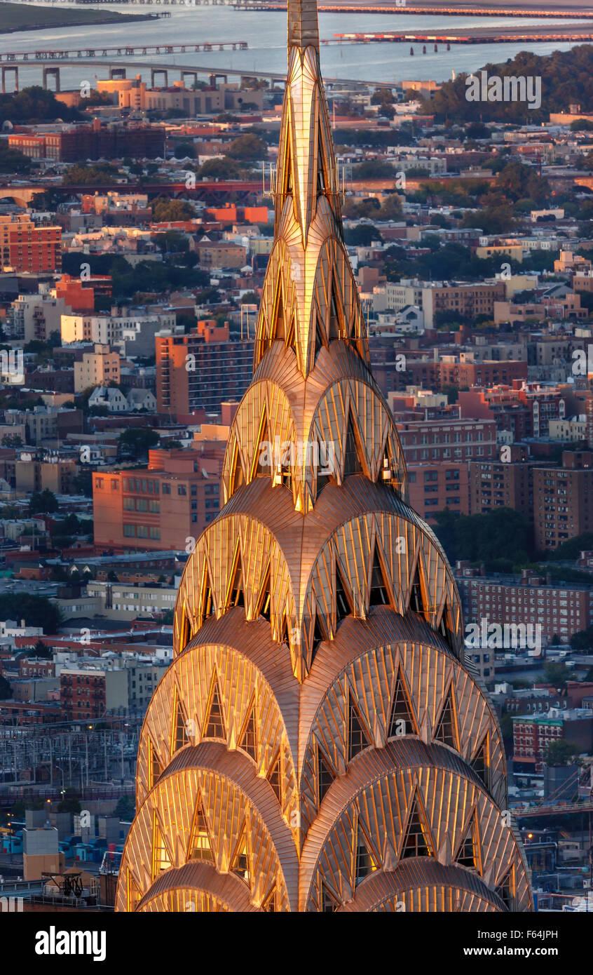 Detail des Art-Deco-Krone und Spitze des Chrysler Building in Midtown Manhattan bei Sonnenuntergang. Luftaufnahme Stockbild