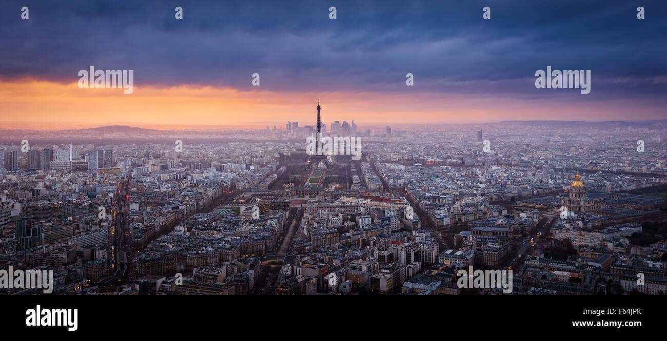 Panorama Sonnenuntergang Luftaufnahme von Paris mit dem Eiffelturm, La Défense und Invalides und Gewitterwolken. Stockbild