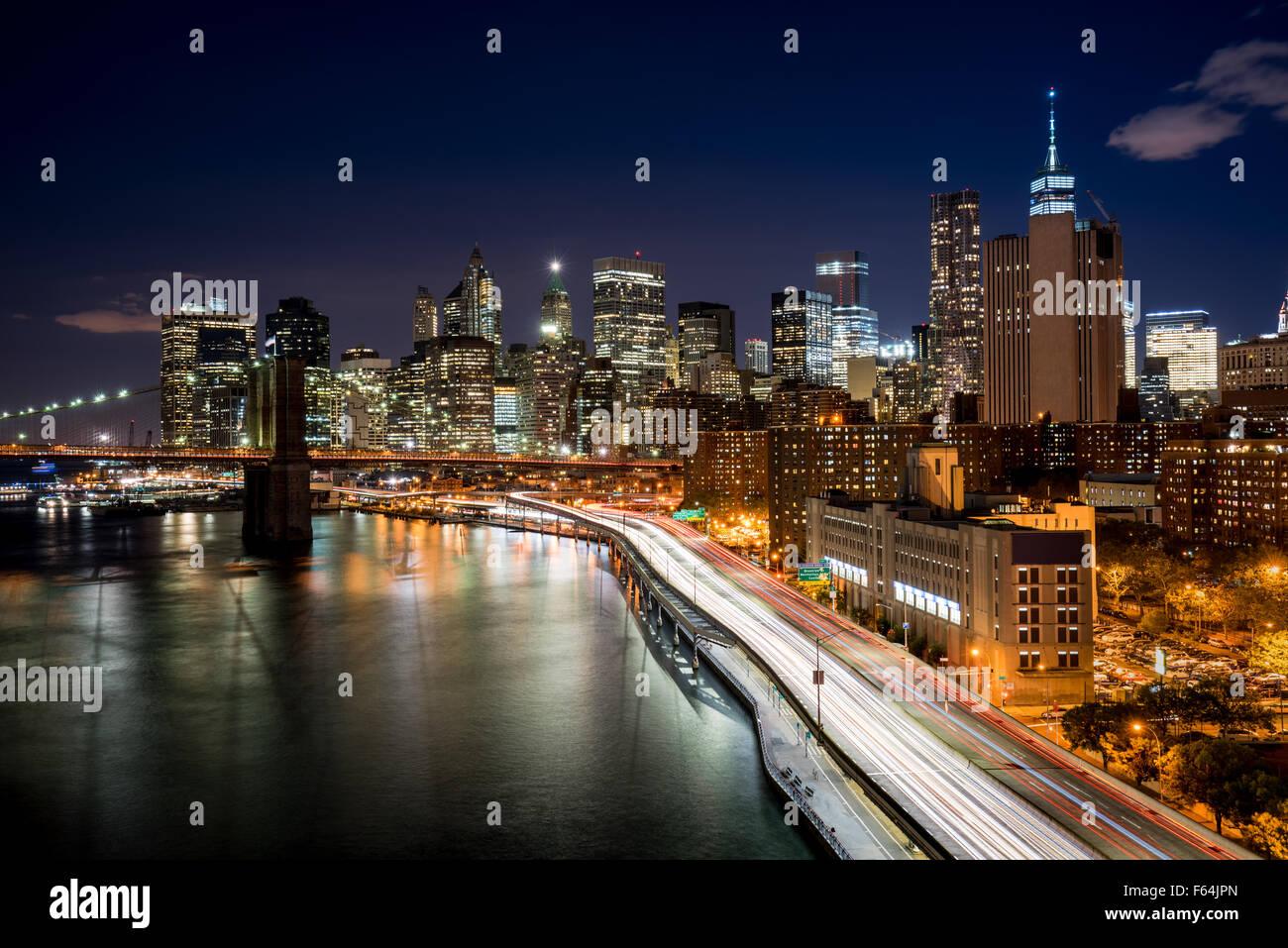 Stadtbild bei Nacht von Lower Manhattan Financial District mit beleuchteten Wolkenkratzern und World Trade Center. Stockbild
