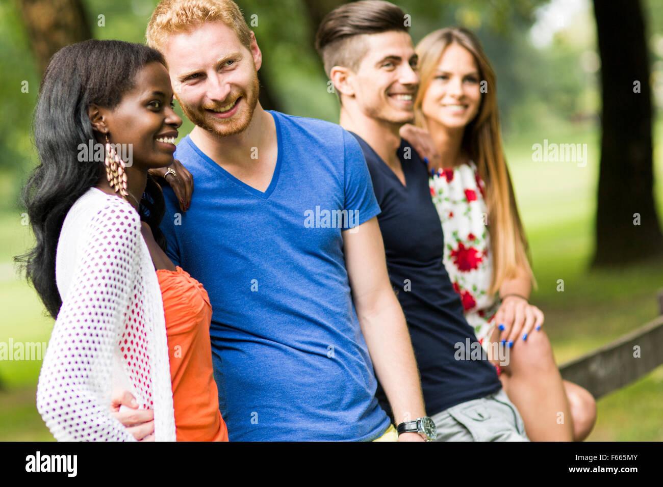 Gruppe von fröhlichen jungen Menschen im Sommer Stockbild
