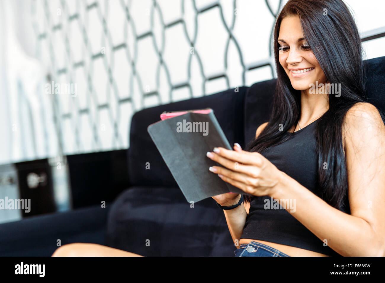 Schöne glückliche junge Frau mit einem tablet Stockbild