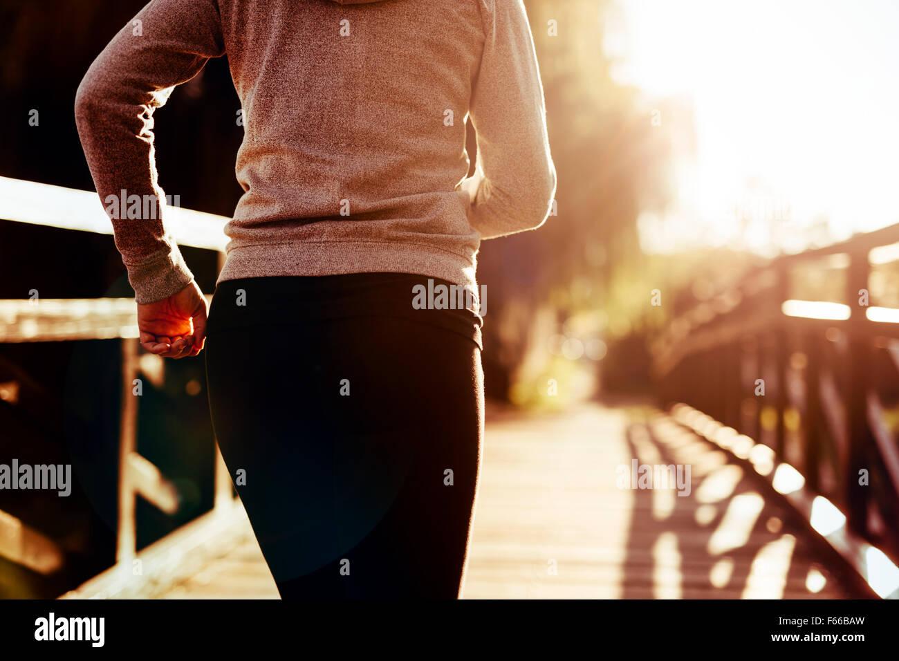 Schöne weibliche Läufer Joggen in der Natur Stockbild