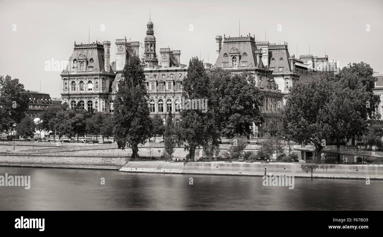 & Schwarz-weiß (Vintage-Look) Blick auf die Südfassade des Paris Rathaus aus dem Fluss, rechten Seineufer, Stockbild
