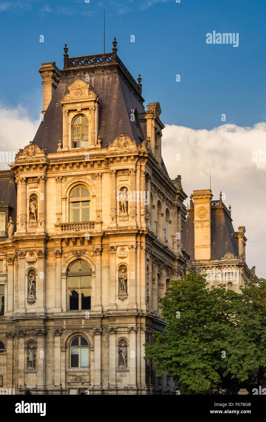 Detail der Renaissance Wiederbelebung Paris Rathaus Fassade vor Sonnenuntergang. Statuen erkennen historisch bedeutsame Stockbild