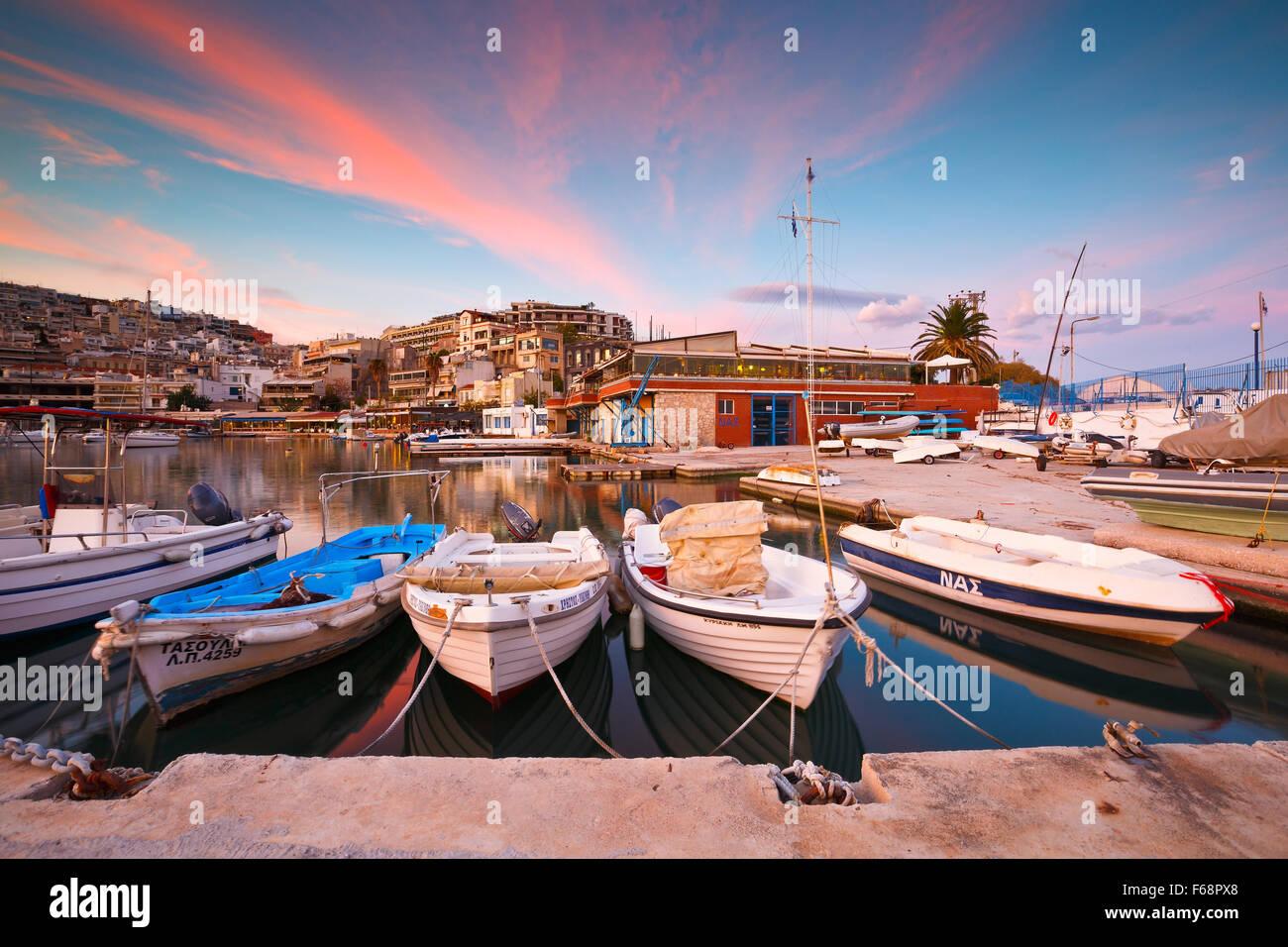 Boote festmachen im Hafen Mikrolimano in Athen, Griechenland Stockbild