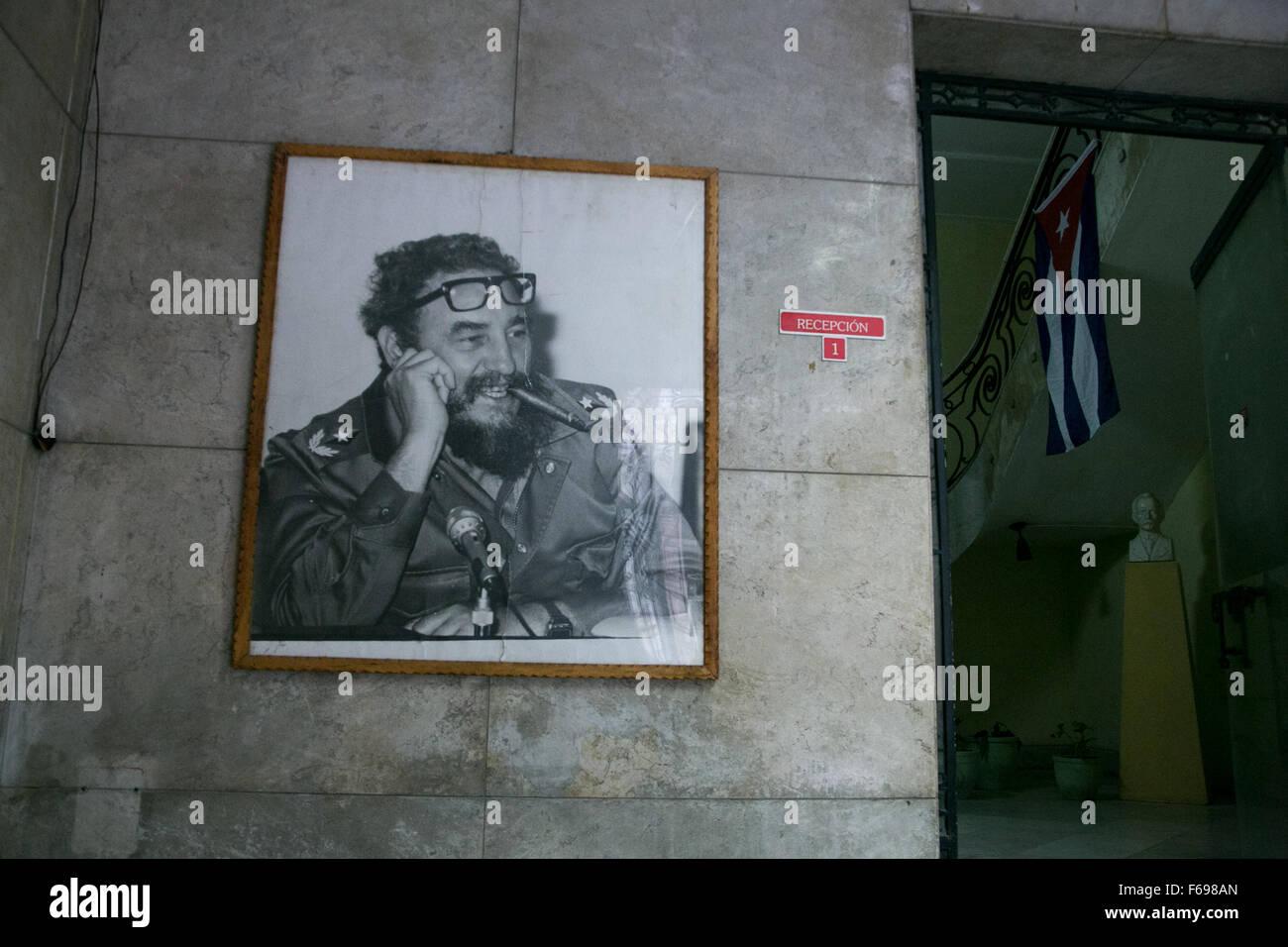 Ein Porträt von Fidel Castro in einem Bürogebäude in der Altstadt von Havanna, Kuba. Stockbild