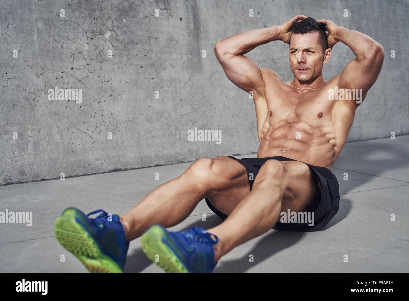 Männliche fitness Modell dabei Sit Ups und Crunches trainieren Bauchmuskulatur, Six Pack sichtbar tragen kein Stockbild