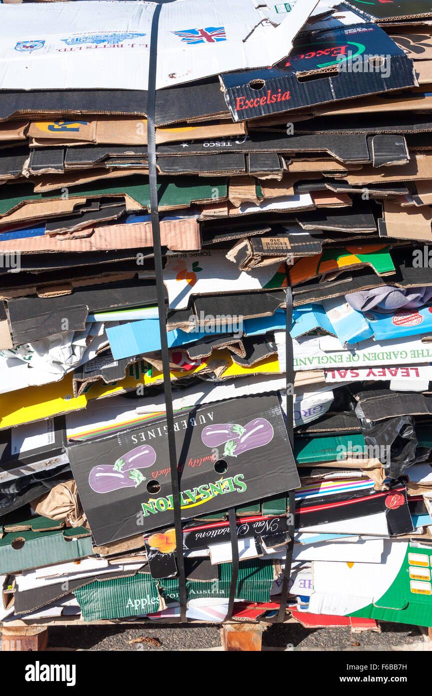 Stapel aus Pappe für das recycling, Strood Samstagsmarkt, Commercial Road, Strood, Kent, England, Vereinigtes Stockbild