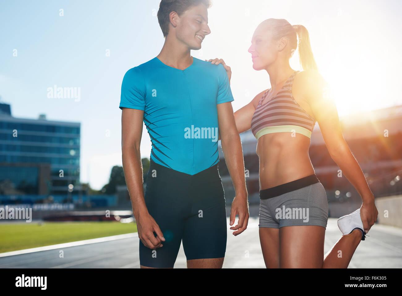 Junge Läufer ihre Beine vor einem Track-Ereignis. Zwei junge Läufer an einem sonnigen Tag üben im Stockbild
