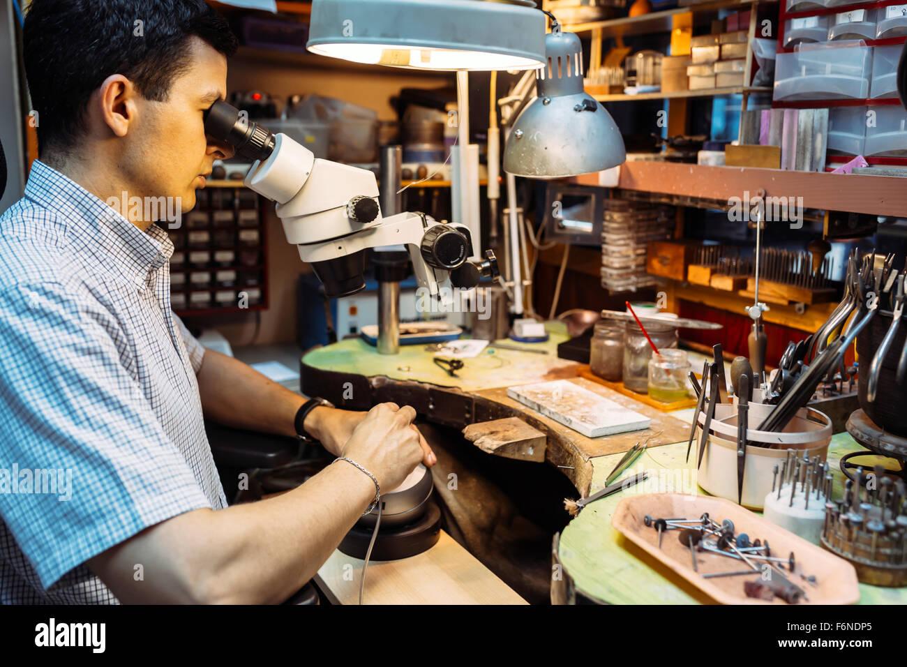 Präzisionsarbeit von Juwelier in der Werkstatt durchgeführt Stockbild