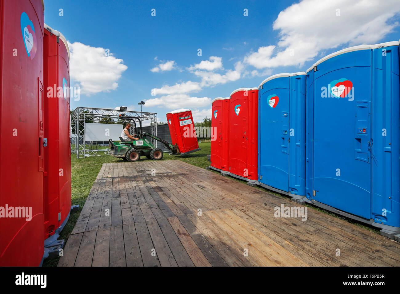 Platzierung der Reihen von bunten Mobiltoiletten bei outdoor-event Stockbild