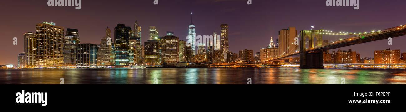 Manhattan am Wasser in der Nacht, New York City, USA. Stockbild