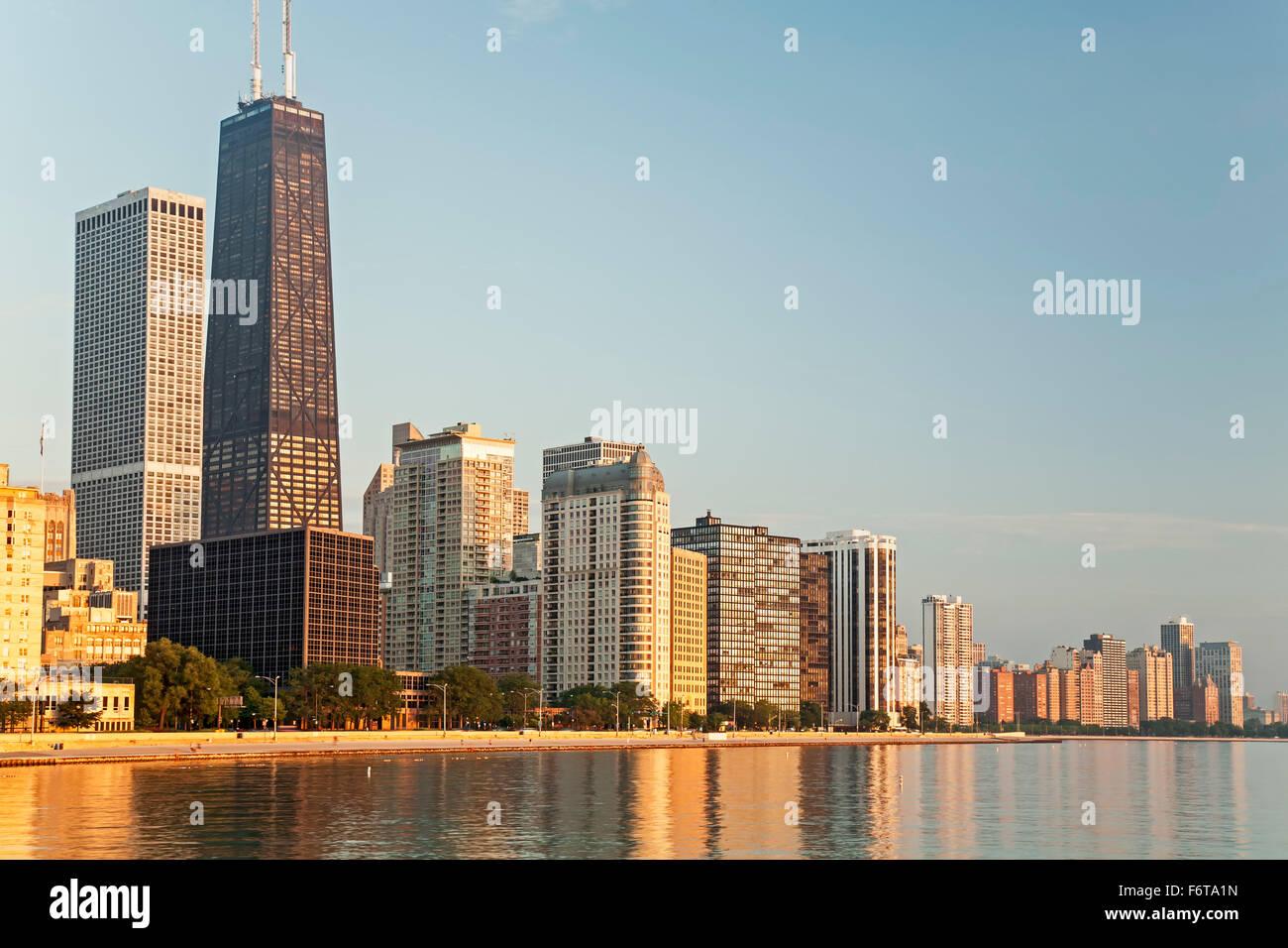 875 N. Michigan Avenue, die früher als Hancock Tower Center (höchste), Skyline und den Lake Michigan, Stockbild