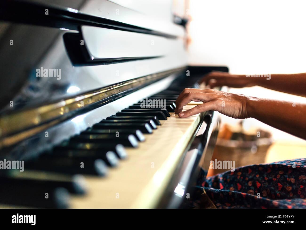 Nahaufnahme der Frau spielt Klavier Stockbild