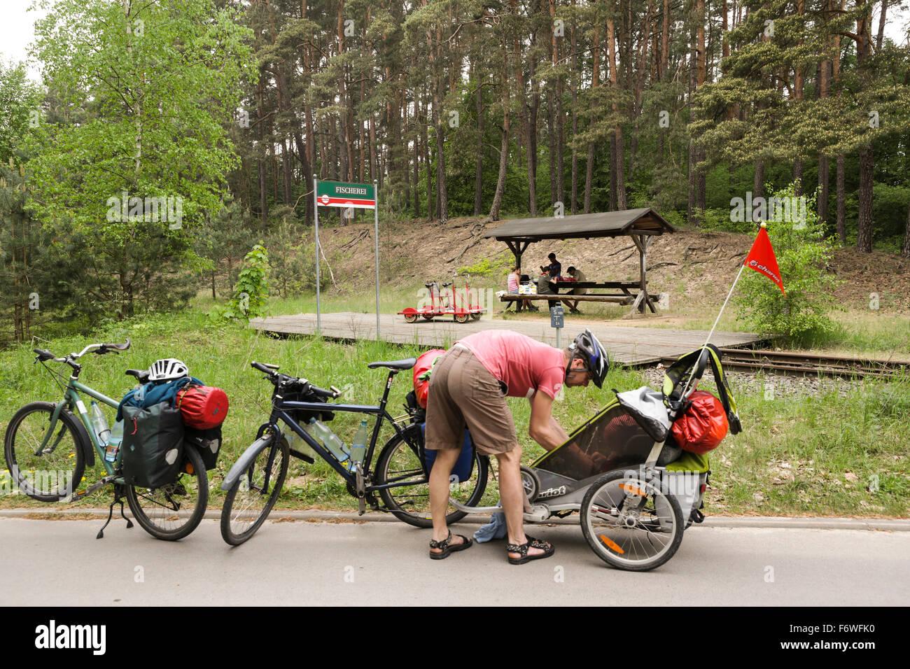 Radfahrer, die Ruhe in der Nähe von Draisine Bahnhof in der Nähe von Himmelpfort, Uckermärkischen Stockbild
