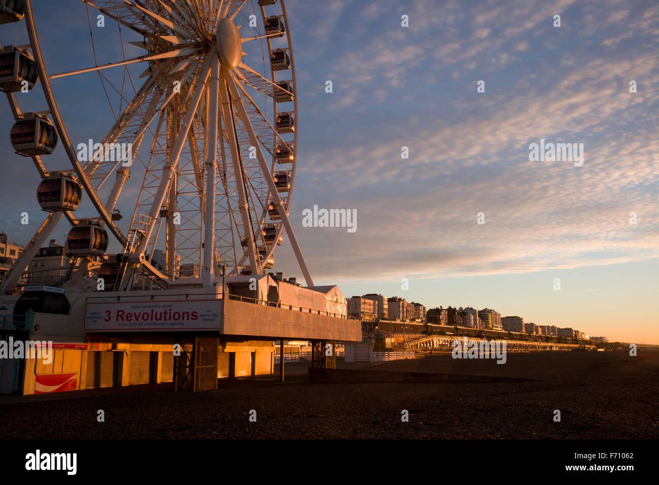 Brighton-Riesenrad und Kemptown Meer durch die aufgehende Sonne beleuchtet Stockbild