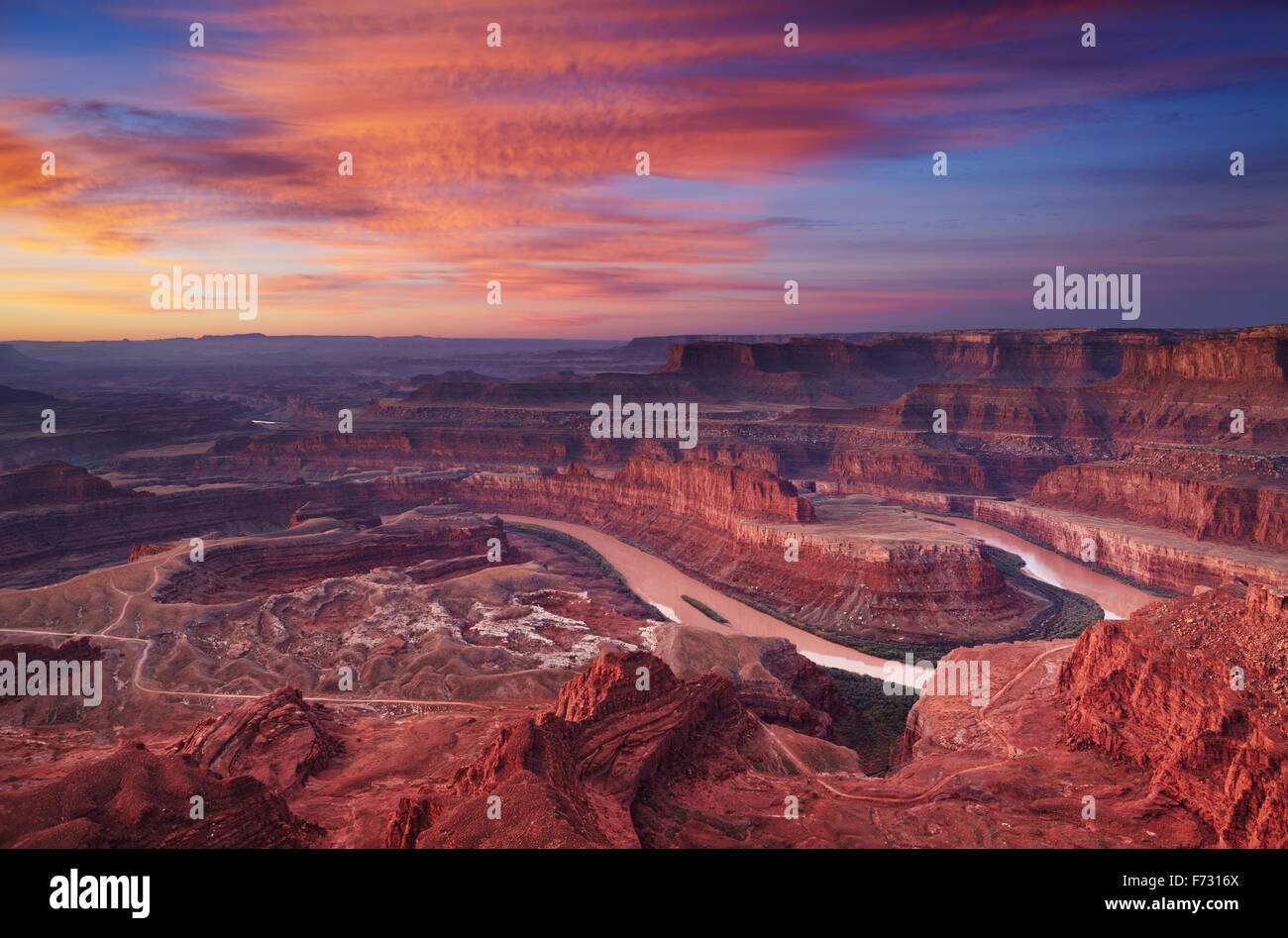 Bunte Sonnenaufgang am Dead Horse Point, Colorado River, Utah, USA Stockbild