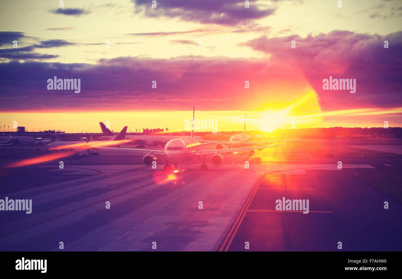 Vintage gefilterte Bild des Flughafens bei Sonnenuntergang, Reisekonzept, lens Flare-Effekt. Stockbild