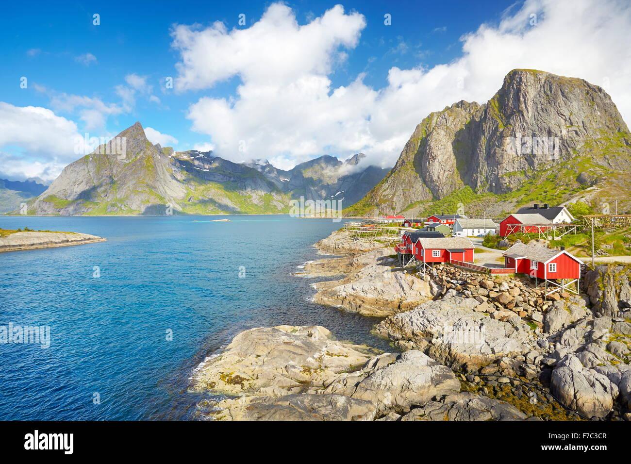 Traditionellen roten Holz Fischer Hütten Rorbu, Lofoten Insellandschaft, Norwegen Stockbild