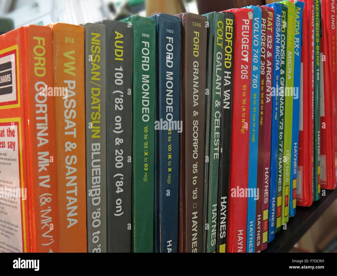 Laden Sie dieses Alamy Stockfoto Bücherregal von Haynes Auto Wartung Handbücher, England, UK - F7DCRH