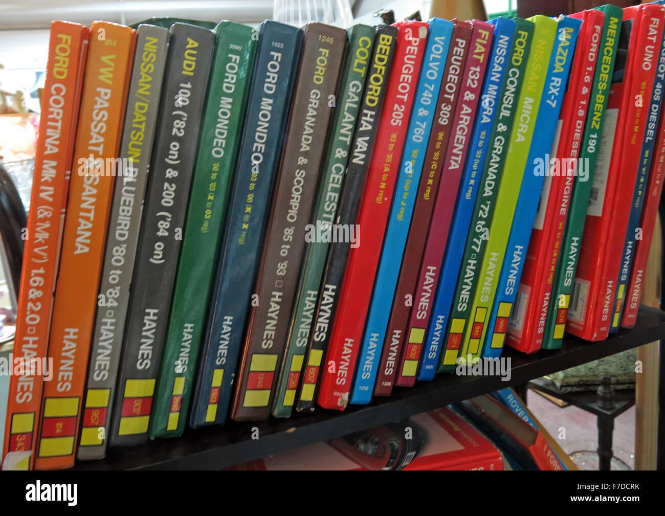 Laden Sie dieses Alamy Stockfoto Bücherregal von Haynes Auto Wartung Handbücher, England, UK - F7DCRK