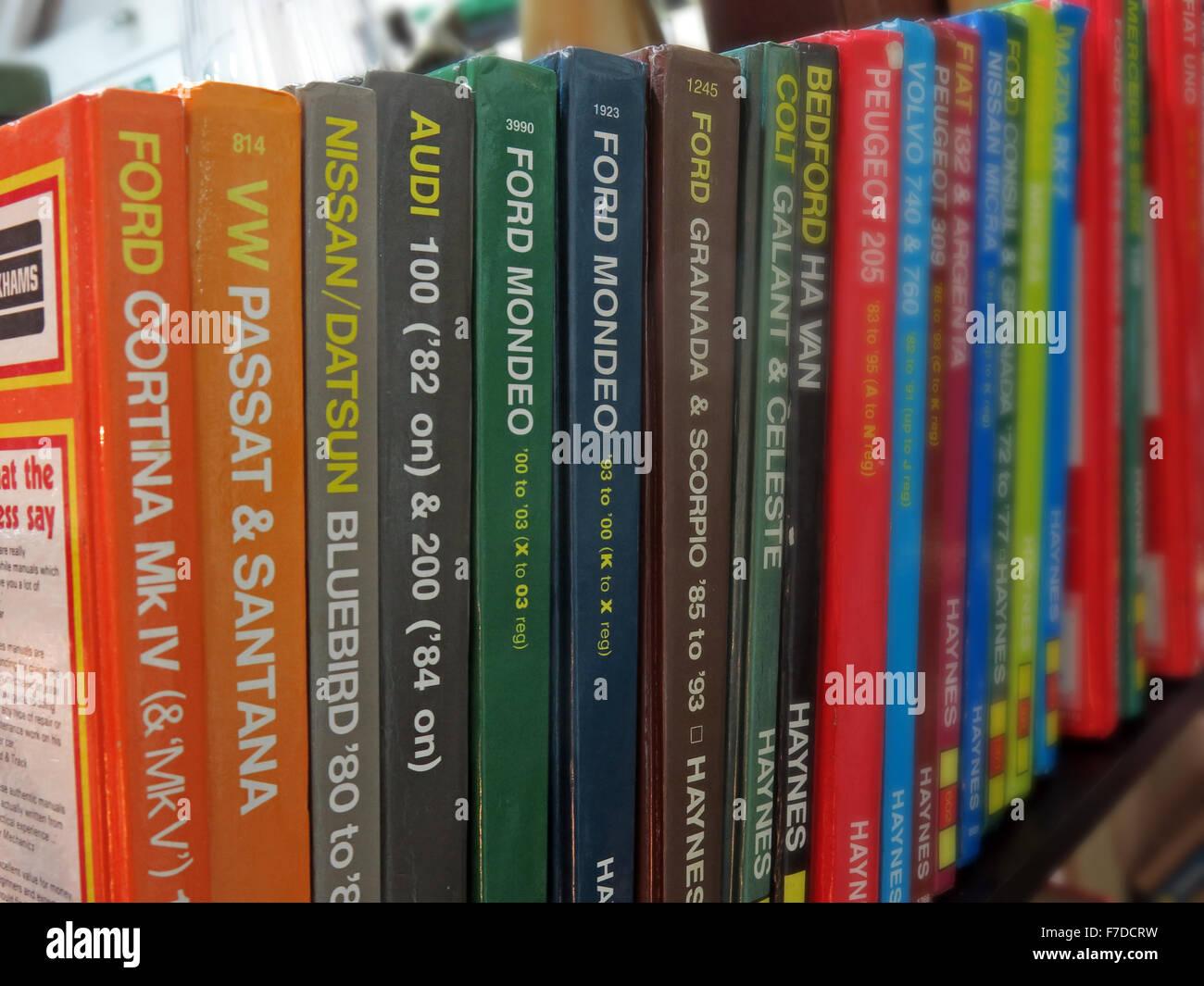 Laden Sie dieses Alamy Stockfoto Bücherregal von Haynes Auto Wartung Handbücher, England, UK - F7DCRW