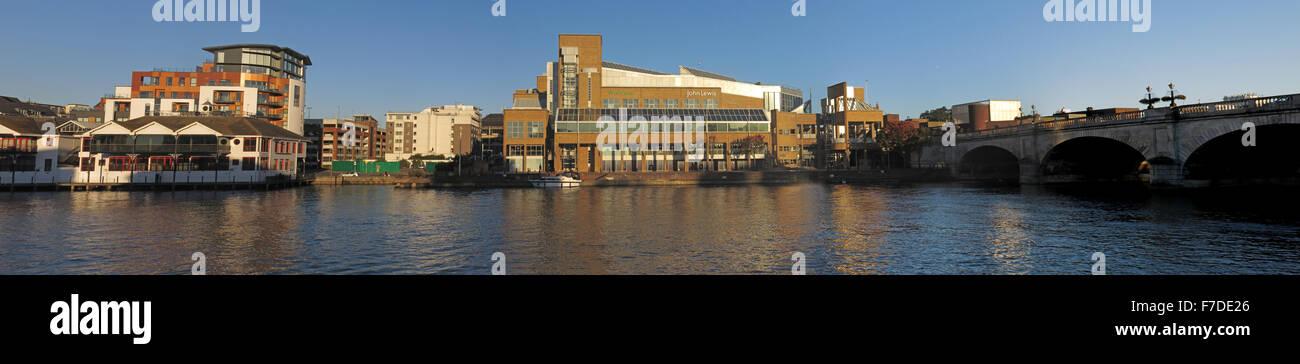 Laden Sie dieses Alamy Stockfoto Pano Themse bei Kingston-upon-Thames, West London, England, UK inkl. John Lewis - F7DE26